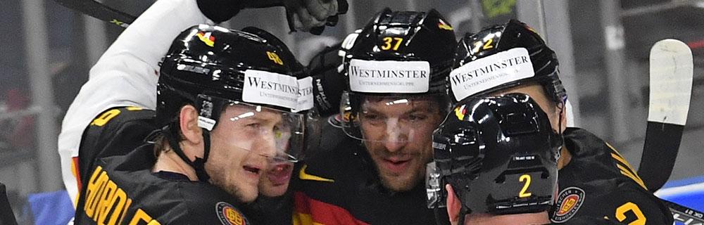 Die besten Online Sportwetten Close-up Eishockeyspieler auf dem Eis Umarmung