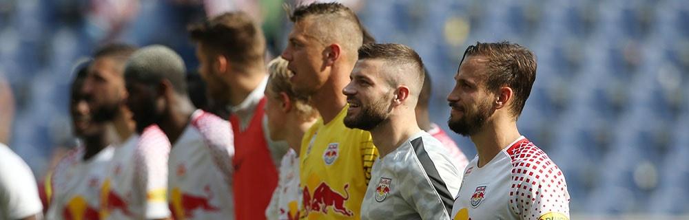 Die besten Online Sportwetten Close-up Fussballspieler Mannschaft Kader auf Spielfeld Hymne