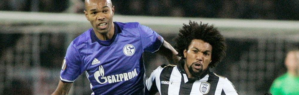 Die besten Online Sportwetten Close-up Fussballspiel zwei Spieler Duell auf dem Spielfeld