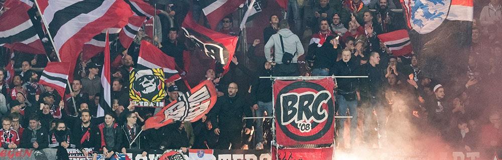 Die besten Online SportwettenClose-up Fussballfans im Stadion Flaggen BRC rot schwarz weiß