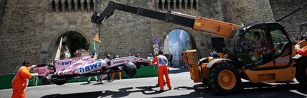 Die besten Online Sportwetten Close-up Formel 1 Rennwagen nach Unfall auf Fahrbahn wird abgeschleppt