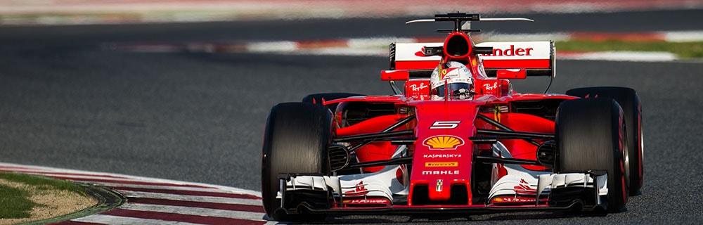 Die besten Online Sportwetten Close-up Formel 1 roter Rennwagen auf Rennstrecke