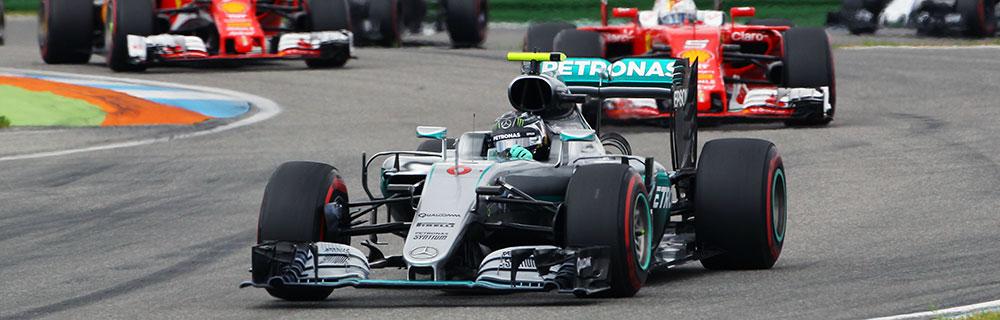 Die besten Online Sportwetten Close-up Formel1 Rennwagen auf Rennstrecke