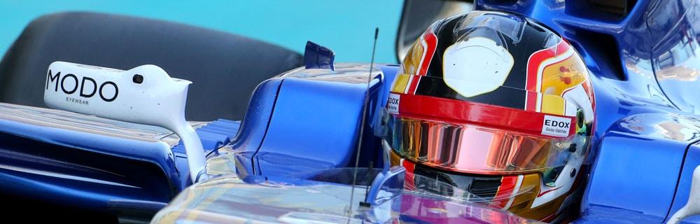 Die besten Online Sportwetten Close-up Formel 1 Rennfahrer Helm im Rennwagen blau