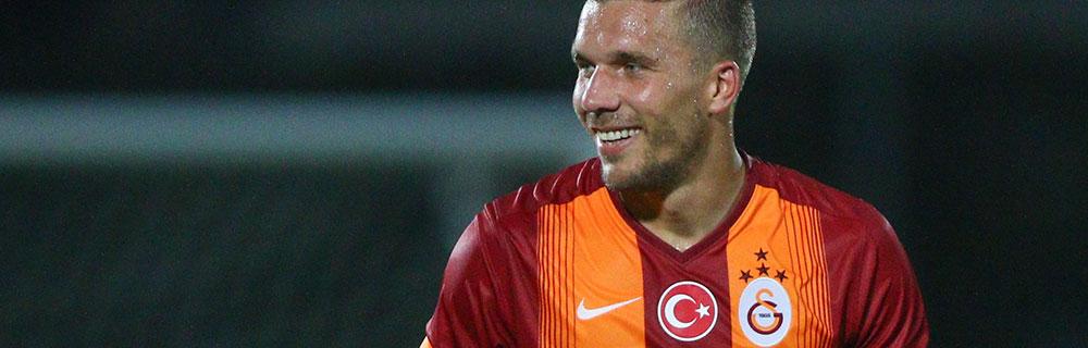 Die besten Online Sportwetten Close-up Fussballspieler Podolski verschwitzt auf dem Spielfeld