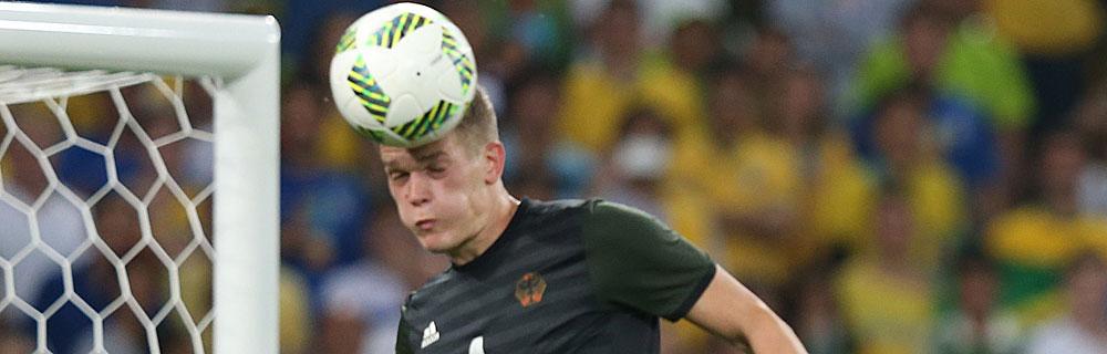 Die besten Online Sportwetten Close-up Fussballspieler auf dem Spielfeld Kopfball Sprung