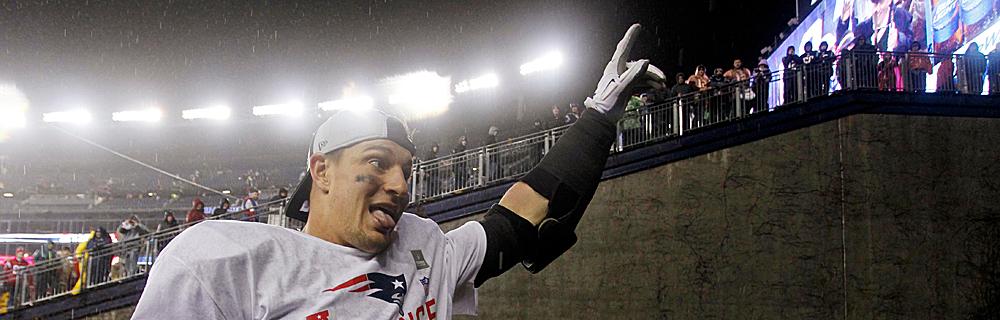 Die besten Online Sportwetten Close-up american football Spieler auf dem Spielfeld Zuschauer im Hintergund