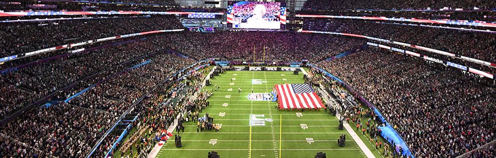 Die besten Online Sportwetten american football Vogelperspektive Spielfeld Flagge Amerika Zuschauer Tribüne