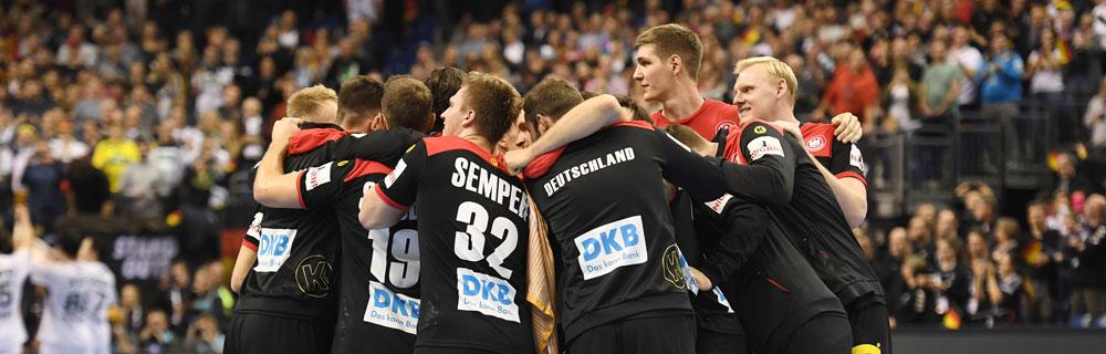 Die besten Online Sportwetten Close-up Handballspieler auf dem Spielfeld Umarmung