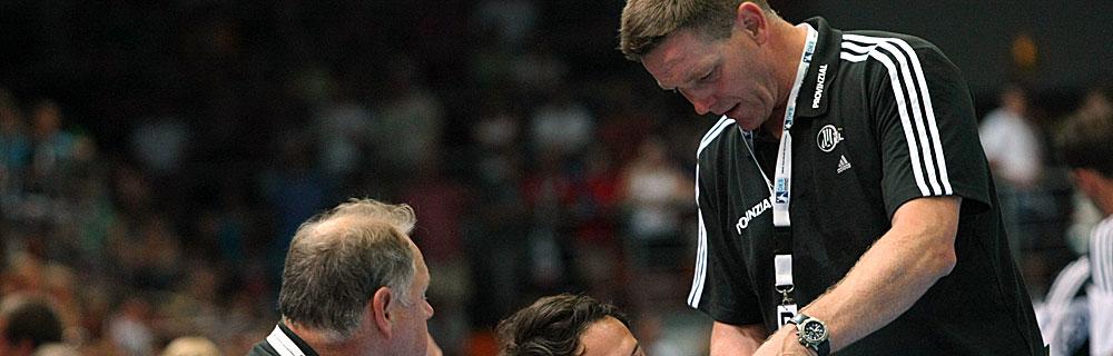 Die besten Online Sportwetten Close-up Handball Trainer am Rand von Spielfeld