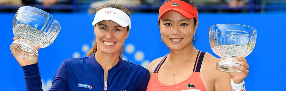 Die besten Online Sportwetten Close-up zwei Tennisspielerinnen mit Pokal in der Hand