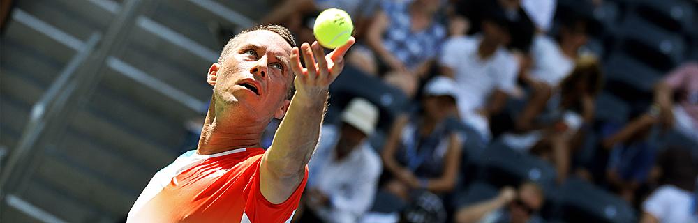 Die besten Online Sportwetten Close-up Tennisspieler im Spiel beim Aufschlag