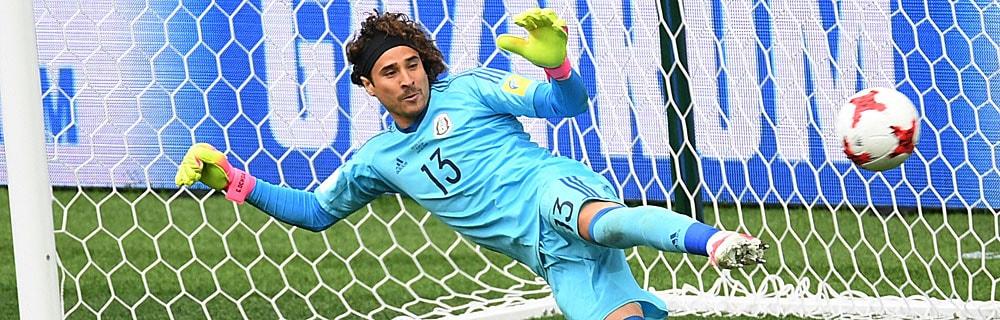 Die besten Online Sportwetten Close-up Fussball Torhüter im Tor fokussiert Ball
