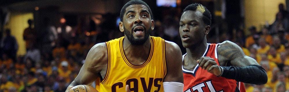 Die besten Online Sportwetten Close-up zwei Basketballspieler auf dem Spielfeld im Spiel