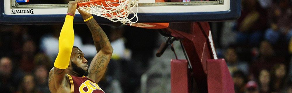 Die besten Online Sportwetten Close-up Basketballspieler auf dem Spielfeld hängt am Basketballkorb