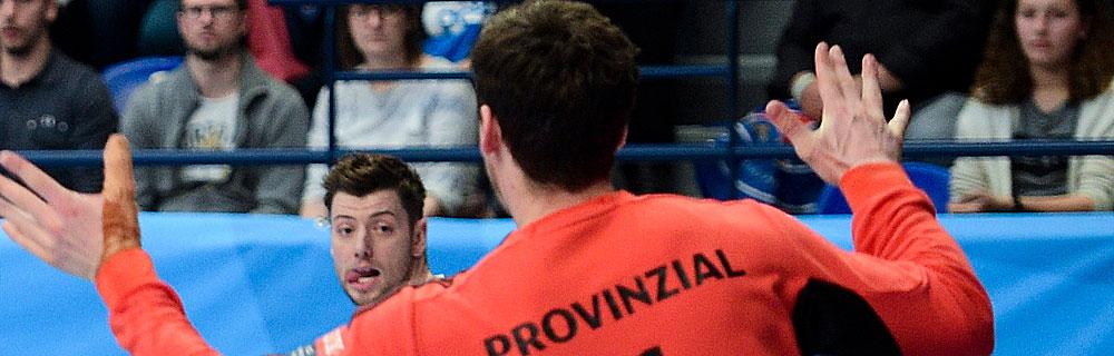 Die besten Online Sportwetten Close-up Handballspieler auf dem Spielfeld Duell