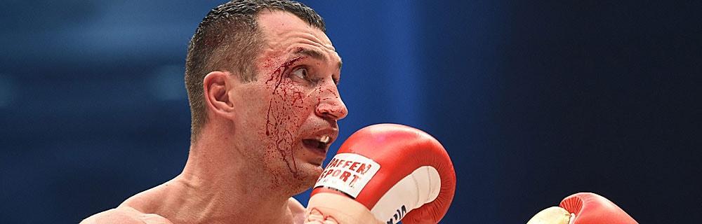 Die besten Online Sportwetten Close-up Boxer Klitschko im Kampf Gesicht Platzwunde am Auge Blut