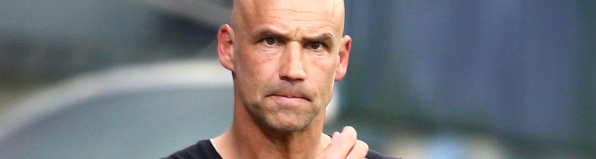 Die besten Online Sportwetten Close-up Gesicht Fussball Trainer Spielfeld