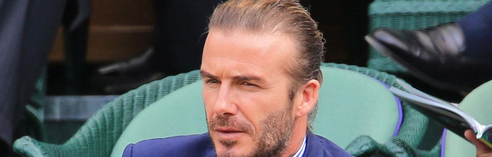 Die besten Online Sportwetten Close-up Gesicht MSL Fussballspieler sitzt am Spielfeldran