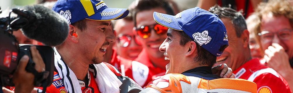 Die besten Online Sportwetten MotoGP close-up MotoGP Fahrer Sieg Jubel Team Kamera