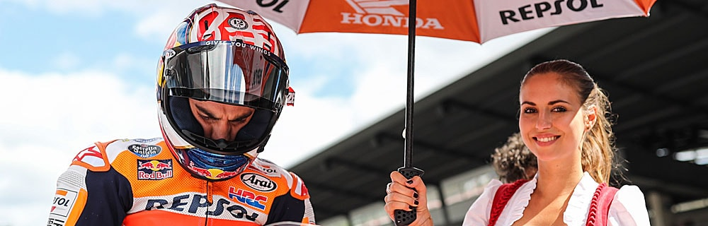 Die besten Online Sportwetten MotoGP close-up MotoGP Fahrer auf Motorrad Grid Girl Sonnenschirm
