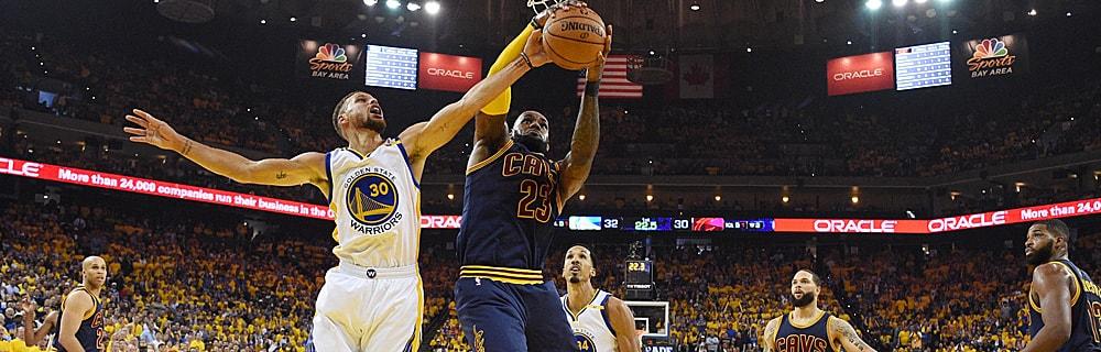 Die besten Online Sportwetten Close-up zwei Basketballspieler auf dem Spielfeld Duell am Korb