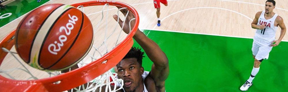 Die besten Online Sportwetten Close-up Basketball im Basketballkorb Spieler am Korb