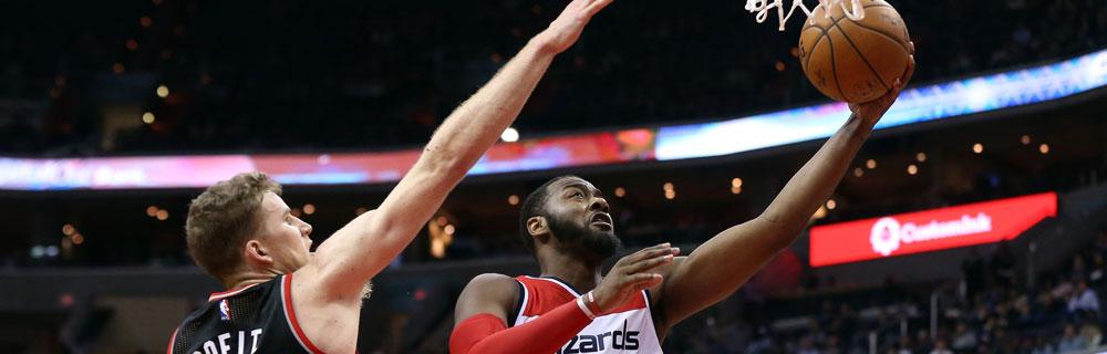 Die besten Online Sportwetten Close-up zwei Basketballspieler auf dem Spielfeld Duell Ball am Korb