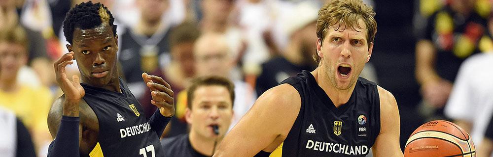 Die besten Online Sportwetten Close-up zwei Basketballspieler auf dem Spielfeld Duell im Spiel Nowitzki wütend