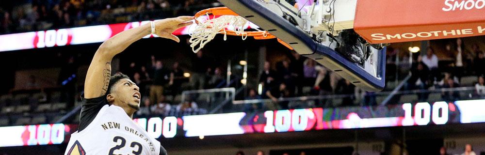 Die besten Online Sportwetten Close-up Basketballspieler auf Spielfeld am Basketballkorb