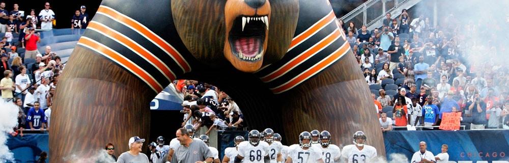 Die besten Online Sportwetten american football close-up Spieler laufen aufs Spielfeld Zuschauer auf Tribüne
