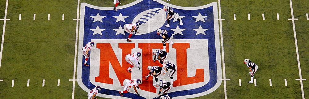 Die besten Online Sportwetten american football Vogelperspektive Spielfeld Spieler auf Position Rasen Logo NFL