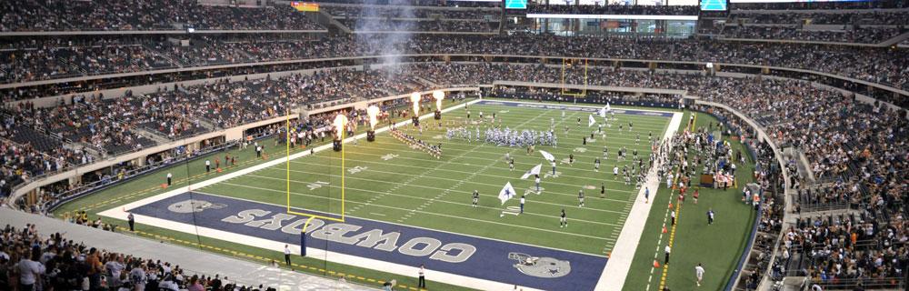 Die besten Online Sportwetten Weitsicht NFL Spielfeld Pyromaschinen Spieler Flaggen Team Zuschauer auf Tribüne