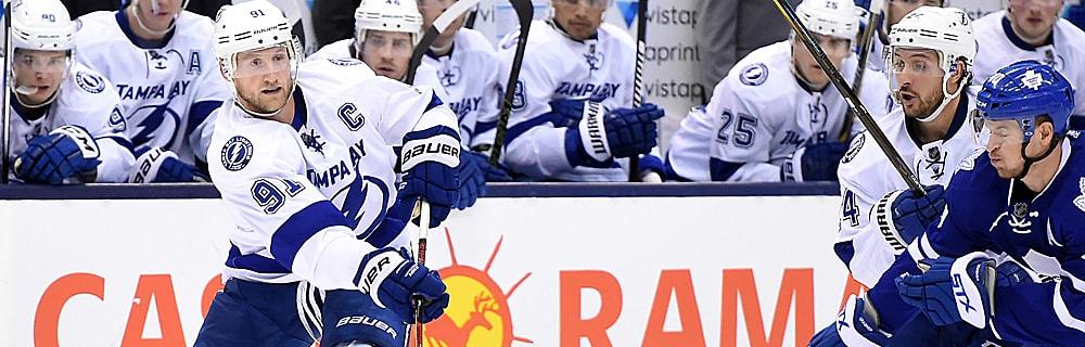 Die besten Online Sportwetten Close-up Eishockeyspieler auf dem Eis in Aktion