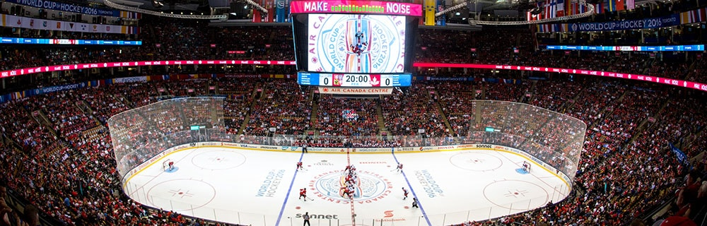 Die besten Online Sportwetten Vogelperspektive Eishockeyfeld Anzeige Tribüne Zuschauer