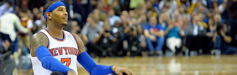 Die besten Online Sportwetten Close-up Basketballspieler sitzt auf Spielfeld im Hintergrund Zuschauer