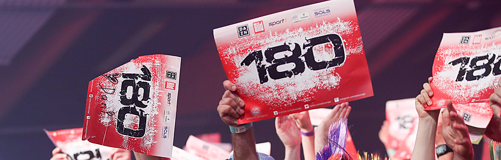 Die besten Online Sportwetten Close-up Fans Hände halten Darts 180 Schild er hoch