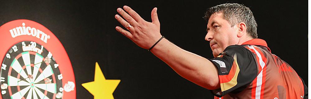 Die besten Online Sportwetten Close-up Darts Spieler hält Arm hoch