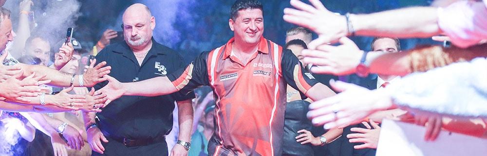 Die besten Online Sportwetten Close-up Dartspieler Einlauf mit Security handshakes Fans
