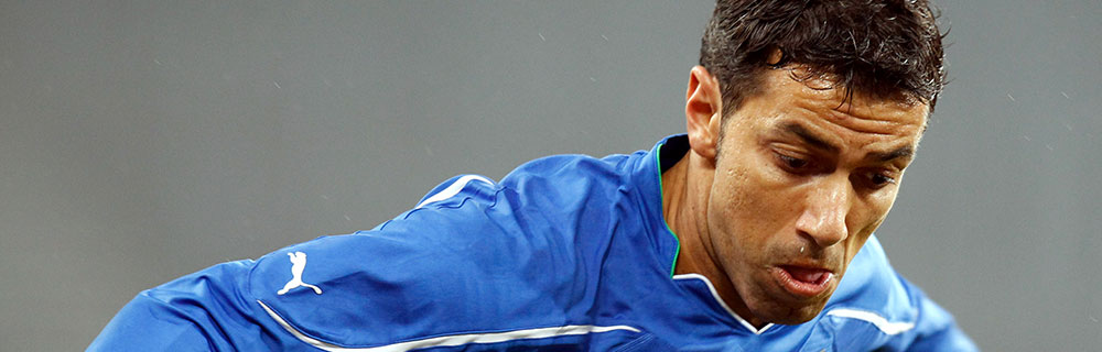 Die besten Online Sportwetten Close-up Fussballspieler im Spiel auf dem Spielfeld
