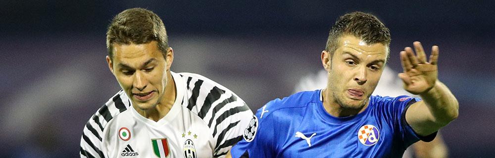 Die besten Online Sportwetten Close-up Fussballspiel zwei Spieler im Duell auf dem Spielfeld