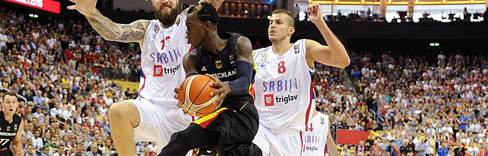Die besten Online Sportwetten Close-up vier Basketballspieler auf dem Spielfeld zwei im Duell