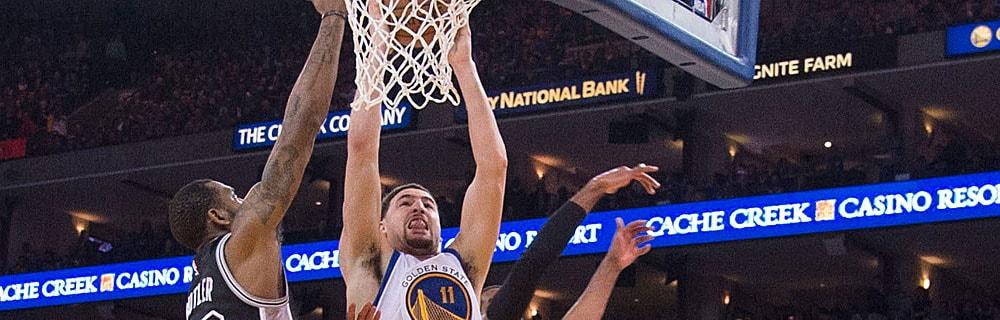 Die besten Online Sportwetten Close-up Basketballspieler im Spiel Duell am Basketballkorb
