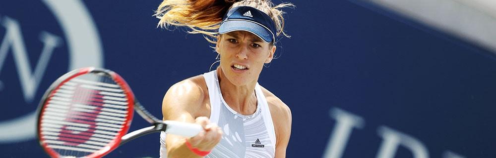 Die besten Online Sportwetten Close-up Tennisspielerin auf dem Platz Schläger in Hand
