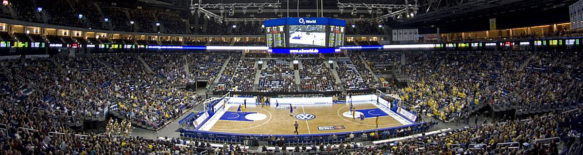 Die besten Online Sportwetten Handball Weitsicht Handballfeld Zuschauer auf Tribüne Spielanzeige