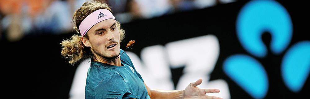 Die besten Online Sportwetten Close-up Tennisspieler Tsitsipas im Spiel