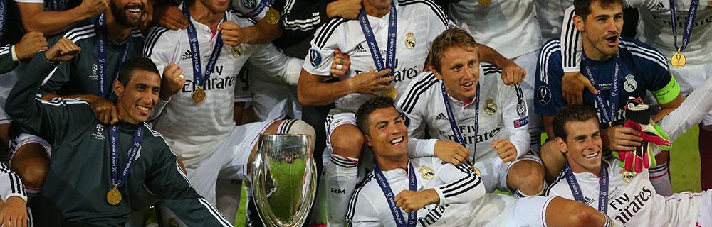 Die besten Online Sportwetten Close-up Fussballspieler auf dem Spielfeld Gruppenfoto mit Pokal