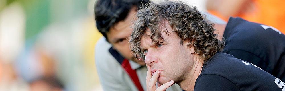 Die besten Online Sportwetten Close-up Gesicht Fussball Trainer Stefan Krämer sitzt am Spielfeldrand