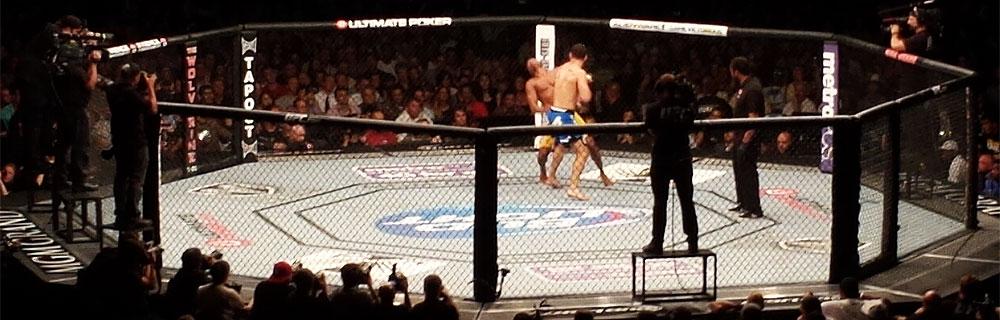 Die besten Online Sportwetten UFC Kämpfer im Kampf im Käfig Zuschauer