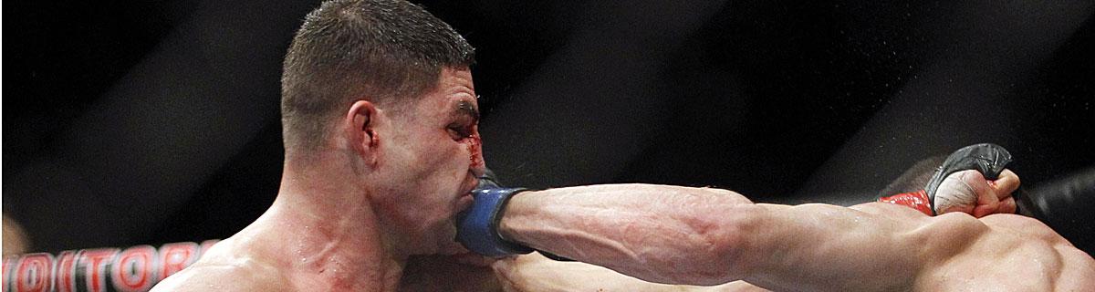 Die besten Online Sportwetten Close-up UFC Kämpfer im Ring Gesicht Treffer Nase blutig